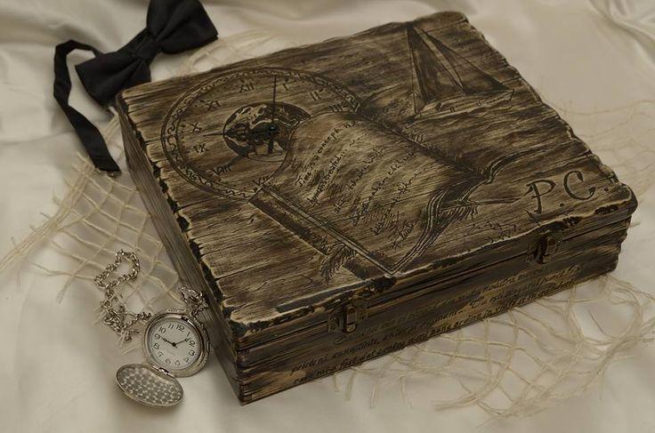 Cutie pt 9 ceasuri, din lemn de brad, decorata prin gravura, cu imagine, initialele si citatul dorit de client pe fata cutiei, mesaj gravat sub capac.