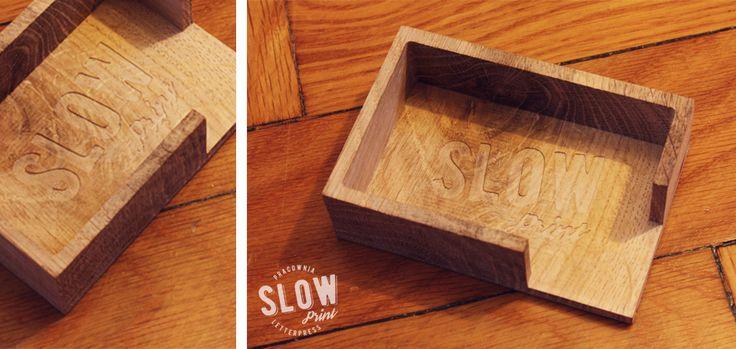 Wizytownik wykonany z jednego kawałka drewna dębowego. Dostępny w dwóch rozmiarach. Istnieje możliwość wygrawerowania własnego logo | napisu.