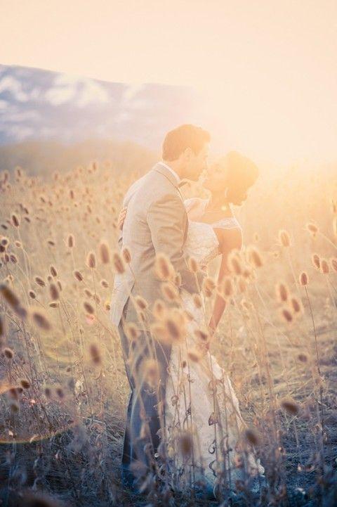 Photo de mariage dans les champs de blé : bonne idée