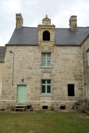 Manoir de K/moruz à Saint-Pol-de-Léon, Saint-Pol-de-Léon  Erigé au cours des XVe et XVIe siècles par la famille de Penfentenyo, ainsi qu'en témoignent les cinq écussons encore visibles,