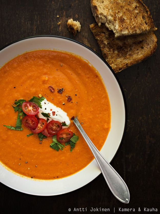 Keitto paahdetuista paprikoista. Roast bell pepper soup.