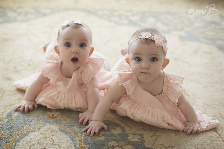 twin girls | 6 months poses | emiB Photography
