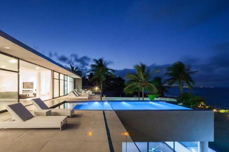 Siroter une Caipirinha et écouter la mélodie de l'océan Atlantique alors que vous vous baignez dans votre piscine à Pipa, Brésil. #home #modernhome #pool #exterior #Brazil #milliondollarlisting #luxurylife #millionaire #contemporary #ocean #oceanview