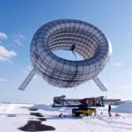 Altaeros Energies, une jeune société américaine, a mis au point un concept évolutionnaire : une éolienne aéroportée. La société a reçu le prix Conoco Phillips en 2011 (pour l'innovation dans le domaine des énergies vertes). Les ingénieurs de cette jeune entreprise ont développé un aérostat en forme de tore, pouvant automatiquement se mettre en vol, produire du courant et atterrir en douceur à partir d'une plateforme mobile. Il abrite en son centre une éolienne se chargeant de convertir…