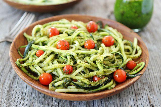 Toevoegen aan mijn receptenTover met deze courgette pesto pasta een heerlijk gezonde pasta op tafel. Pasta is normaal gesproken niet gezond, maar met deze courgette variant is deze pasta heel erg gezond! Wie zei dat gezond eten niet lekker kon zijn? Het is een simpel recept en zeker het proberen waard!