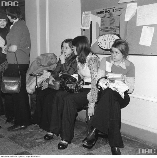 Polish teenagers waiting for university exams, 1974.01.24 at Uniwersytet Warszawski