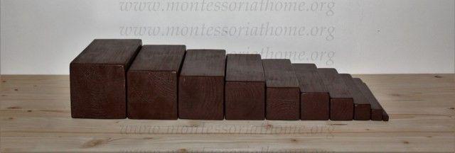 Scala marrone Montessori con colorazioni naturali.