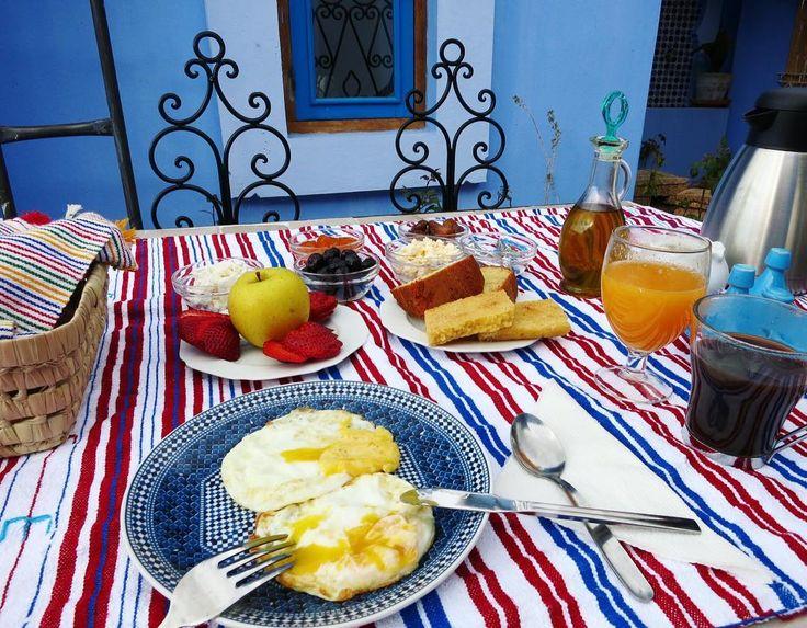 おはようございますいま9時前今日のシャウエンはちょっと曇り空です見てこの完璧な朝食ヤギチーズにヤギバターデーツに至るまで搾りたてオレンジジュースはモロッコ鉄板宿のテラスでいただきます #朝食 #テラス #ヤギチーズ #ヤギバター #シャウエン #青の街 #青 #伝統 #イスラム #モロッコ #旅行 #旅 #breakfast #terasse #goatcheese #goatbutter #food #casa #chaouen #chefchaouen #bluetown #blue #tradition #islam #morocco #maroc #trip #travel by tsu_jy
