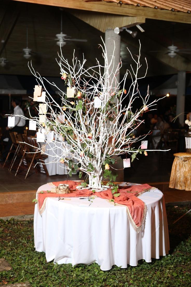Para la mesa de recepción de tu boda, este árbol es lo máximo para guardar los deseos de todos tus invitados