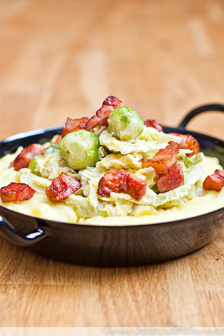 Heute habe ich ein winterliches, einfaches Soulfood-Rezept für Euch: Kartoffelbrei, Wirsing & Rosenkohl. Na gut, und Speck. :D