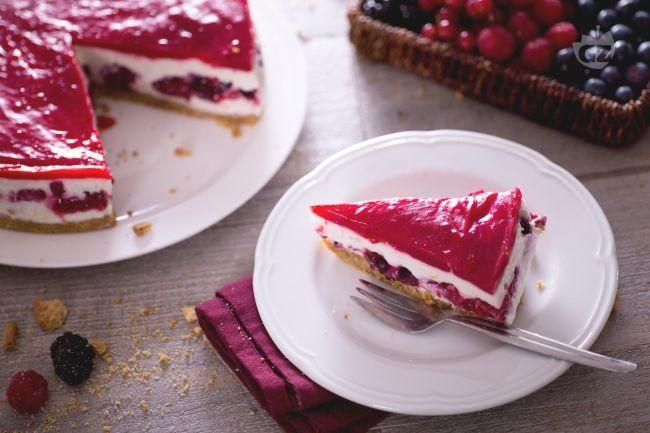 La cheesecake ai frutti di bosco è un dolce freddo goloso e saporito perfetto per le grandi occasioni o da servire come dessert a fine pasto