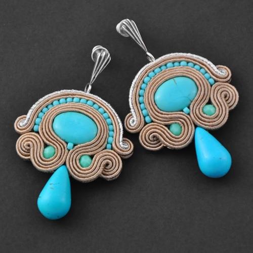 """Wunderschöne Ohrringe Soutache """"Beige"""" mit Türkis, Seide und Toho pearls. Die Ohrringe sind an einem eleganten, silbernen Ohrstecker befestigt. Die Rü"""