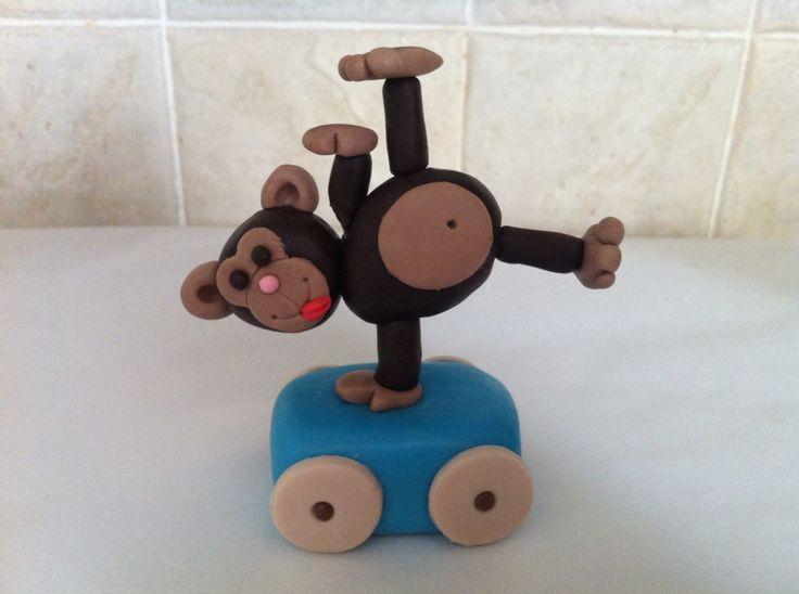 Decorazione scimmia per torta di compleanno #cake #compleanno #torta #cakedesign #chiryscakes #birthday #azzurro #baby #blue #scimmia #monkey #trenino #bambino #decoration #fondant