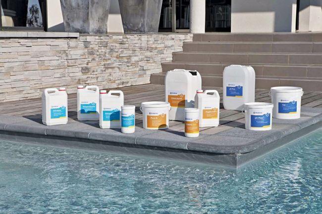 Les traitements de l'eau pour sa piscine  Les baigneurs et l'environnement naturel polluent une piscine. La chaleur, l'ensoleillement altèrent le plan d'eau. Les produits de traitement participent à la conservation de l'eau, en complément de la filtration.