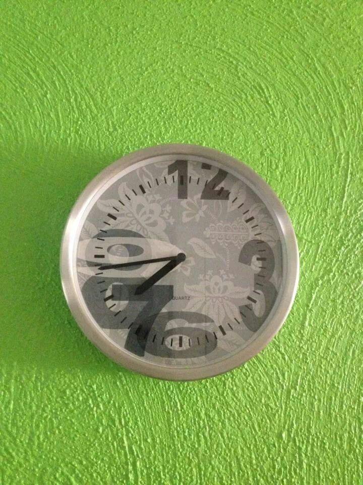 Coloca un reloj en cualquier pared de tu casa, estos mueven la energía constantemente, y todavía es más beneficioso si se llega a oir el tic tac, ayuda al complementar la armonía del hogar.
