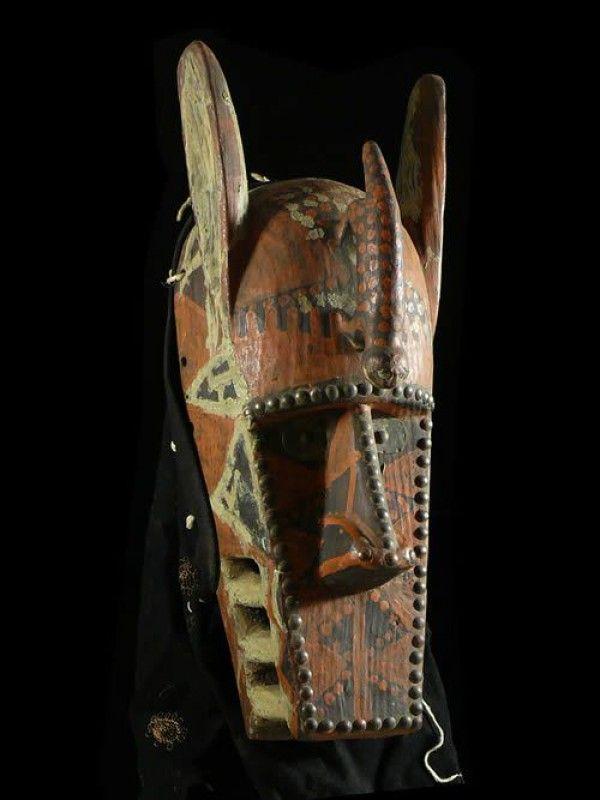 """Masque animalier composite à dominante de hyène. Selon G. Massa """"Masques animaux"""" page 57 et suivantes, les masques dits de Hyène sont très répandus en Afrique de l'Ouest, car cet animal se retrouve dans bon nombre de contes et fables. C'est le symbole de la mort.  Elle évoque le sorcier """"mangeur d'âmes"""" qui inquiète l'homme."""