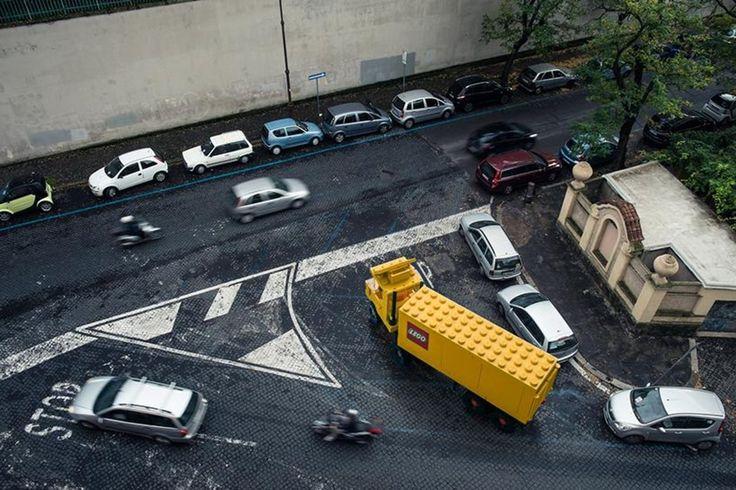 To nie żart, a projekt włoskiego fotografa Domenico Franco. Artysta zapragnął pokazać, jak zabawkowe pojazdy będą wyglądały w rzeczywistym świecie. http://exumag.com/?p=6488