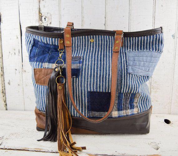 INDIGO boue sac fourre-tout en tissu avec fond de multi-cuir - ce sac est fait de tissu Indigo très ancien et authentique, datant de la fin du 19e - début 20e siècle. Ce tissu est venu de l'Afrique occidentale où ces tissus ont été tissés à la main et teinté à l'aide de la teinture naturelle de la plante Indigo à la main. Ces textiles signifié la richesse, l'abondance et la fertilité. Aujourdhui, tissu Indigo est très recherchée pour sa beauté, l'unicité et de l'histoire, et ils sont des…