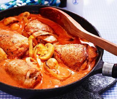 Kycklingpanna med tomat och champinjoner är ett matigt och smakfullt recept som du tillagar på under 45 minuter. Pannan har en härligt krämig konsistens och innehåller läckra ingredienser som saftiga kycklinglår, champinjoner, krossade tomater, rödlök, vispgrädde och timjan. Smaklig måltid!