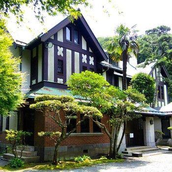 現在もう断絶した皇族の華頂宮家の館として建てられ、国の登録有形文化財にも指定されています。平成8年からは鎌倉市が管理しており、庭園部分は一般公開されています。館内も年に2回の公開日があります。