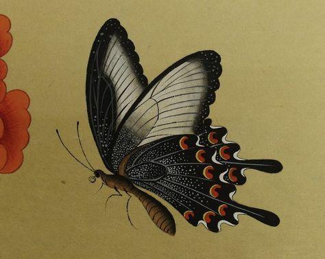 1. 제비나비의 날개에 회색 점을 찍는다. 호분 + 먹 점이 날개 끝으로 갈수록 흩날리도록 찍는다. 2. 먹 + 튜브 검정색을 섞어 회색 점이 너무 많은 곳에 찍어 수정한다. 날개의 회색 선 밑으로 검은 선을 그어 입체감을 표현한다. 날개 끝 (흰색이 있는 부분)에 가는 붓으로 선을 그려준다. 3. 더듬이와 다리, 몸통에 선을 그려준다. 제비나비 몸통 검정..