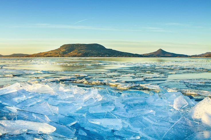 Festőien szép a jeges Balaton