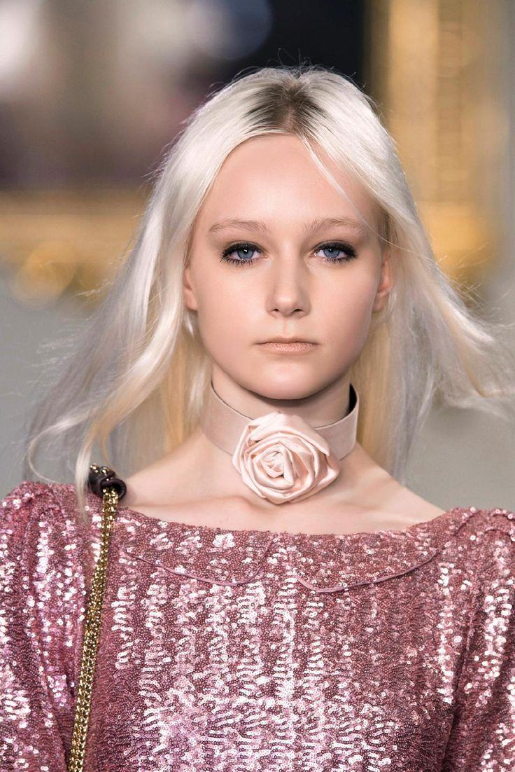 La couleur: un blond platine, pile dans les tendances de la saison
