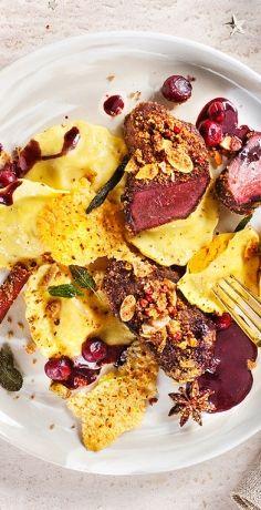 Ein weihnachtlicher Genuss aus dem REWE Rezept: Hirschmedaillons mit Gewürzkruste auf Kürbis-Girasoli an Kaffee-Rotwein-Sauce mit Cranberries und Parmesan-Chips. »  https://www.rewe.de/rezepte/hirsch-medaillons-gewuerzkruste-kuerbis-salbei-pasta/