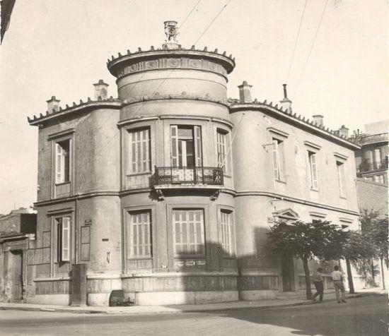 Κατοικία της οικογένειας Ευαγγελίδη στη Νεάπολη των Εξαρχείων. Βρισκόταν στη συμβολή τεσσάρων οδών και χτίστηκε τέλη του 19ου αιώνα. Κατεδαφίστηκε την δεκαετία του '60. Τη φωτογραφία που παραχώρησε ο Τρύφων Ευαγγελίδης στην ομάδα Αθήνα μέσα στο χρόνο