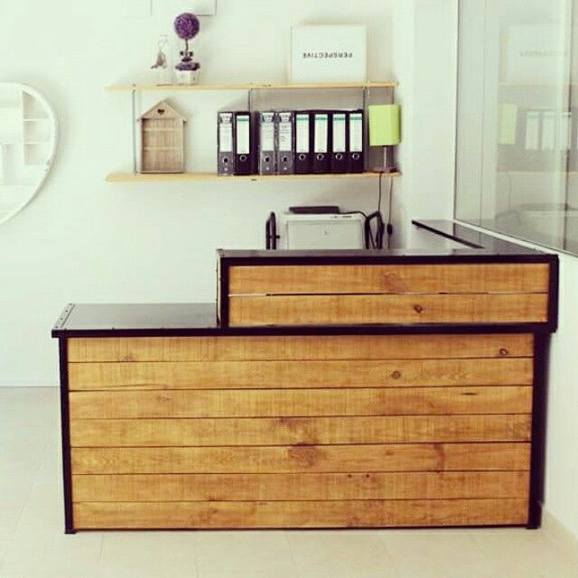 Mostrador de madera a medida y estantes con varilla for Disenos de bar de madera