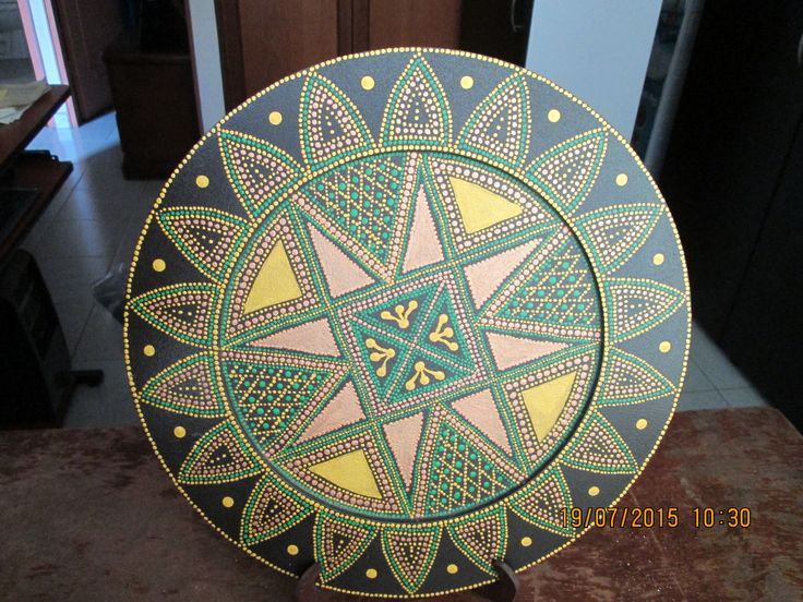 Plato de madera , pintado con acrílicos en técnica de puntillismo. Dibujo tomado de la red. mpb.