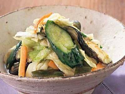 野崎 洋光 さんのきゅうりを使った「よろず漬け」。好きな野菜に塩をするだけ!最も簡単で親しみのある浅漬けです。 NHK「きょうの料理」で放送された料理レシピや献立が満載。
