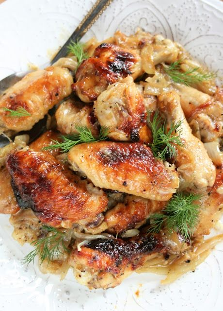 Polecam tę bardzo smaczną wersję skrzydełek, w marynacie miodowo-musztardowej, z czosnkiem; pieczonych na cebuli. Mięso jest wyjątkowo deli...