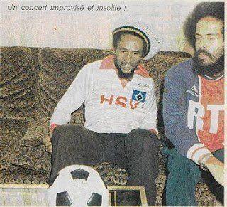 Bob Marley no hotel Nikko, em Paris, com uma camisola do Hamburgo oferecida em mãos por Kevin Keegan.