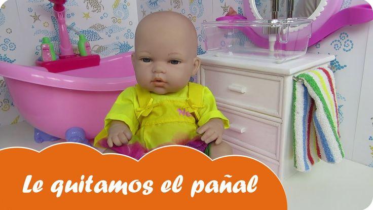 En Mundo Juguetes jugaremos con Nenuco ropa interior y viviremos una divertida aventura de la muñeca bebé Lucía. Le vamos a quitar el pañal a la muñeca bebé Lucía. Intentaremos que haga pipí en el orinal que le hemos comprado y si lo consigue le pondremos una braguita de Nenuco muy bonita. Estupendas aventuras de bebés de juguete en español para niñas a partir de tres años. Diviértete con este vídeo en Mundo Juguetes, tu canal de vídeos de juguetes en español.