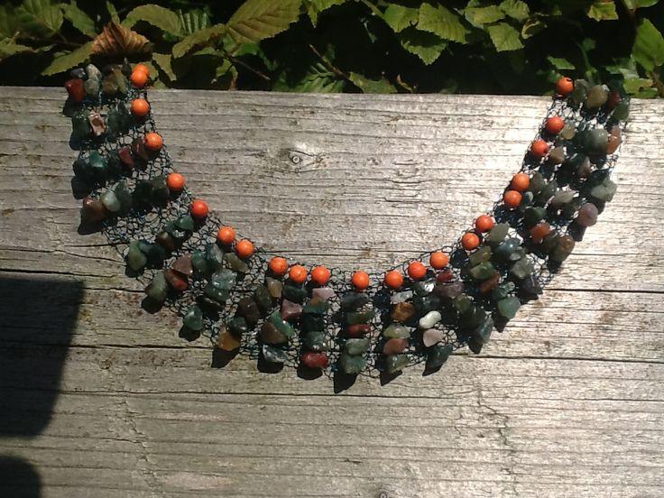 India agaat stukjes en oranje synthetische kralen gebreid op groen wiredraad.