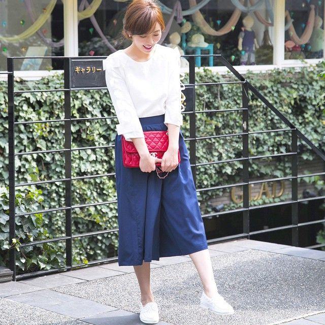 ホワイト×ネイビーにレッドを効かす オトナカジュアル系タイプのファッション スタイルのコーデ♡