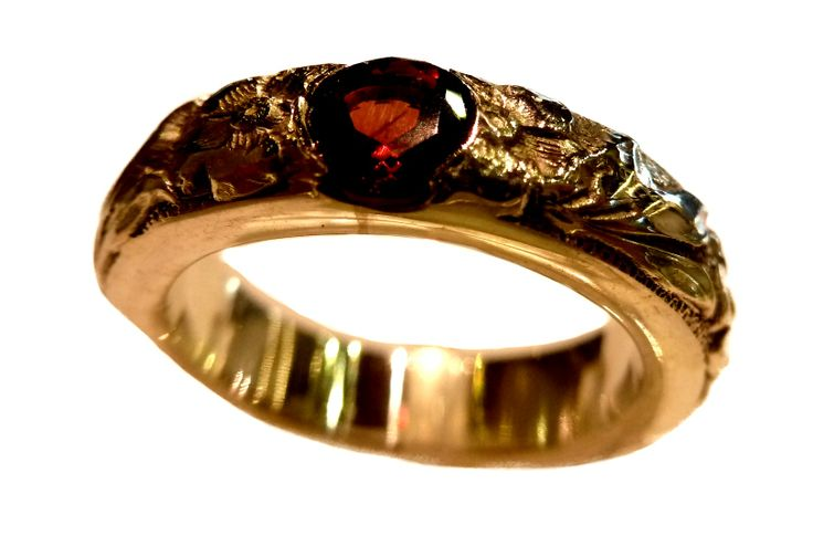Anillo texturado con Granate Natural