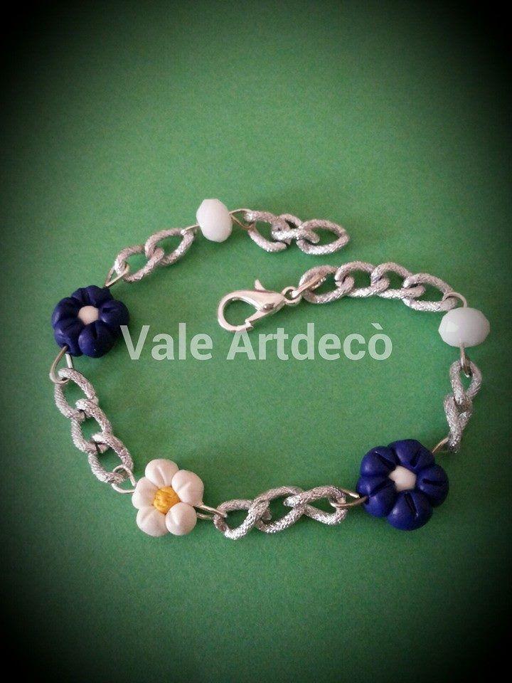 bracciale con fiori bianchi e blu