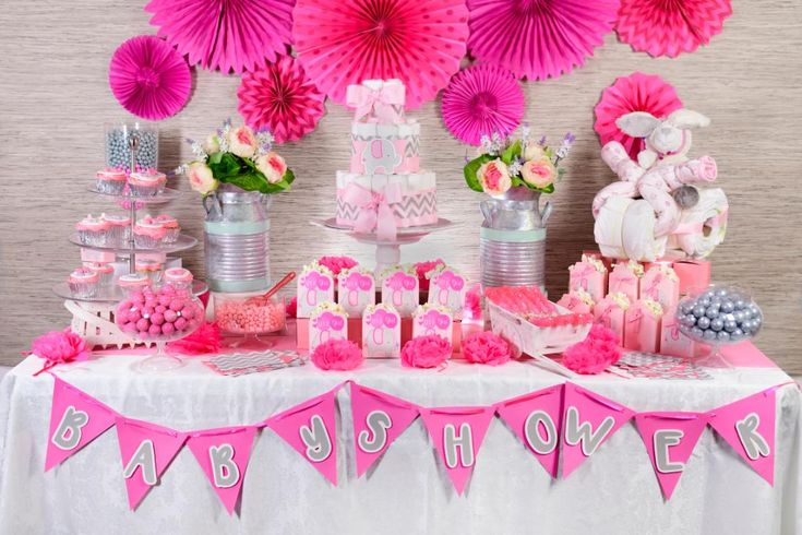Make your baby shower the sensation by decorating it in a way full of color and creativity. Check out all the tips we have for you and discover how easy it is to set up a candy table. Baby Shower Buffet, Baby Shower Candy, Baby Shower Brunch, Baby Shower Parties, Baby Shower Gifts, Baby Shower Unisex, Mesas Para Baby Shower, Diy Diaper Cake, Baby Shawer