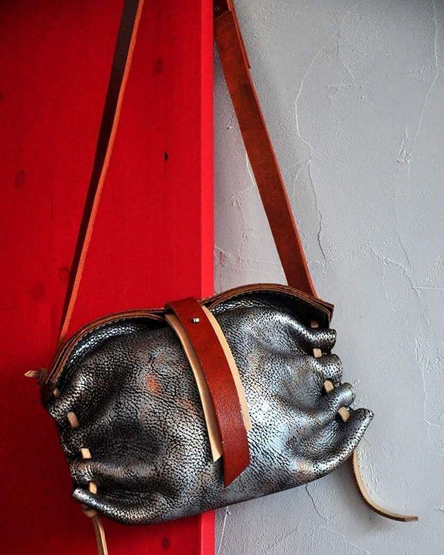 Металлик - 20(полезный объём без учёта шнуровки) х 17 х 10 #Кожаная_женская_сумка #женские_дизайнерские_сумки #необычные_сумки #авторские_сумки #сумки_ручной_работы #handmade_bags #woman_leather_bags #burtsevbags #crossbody #сумка_через_плечо