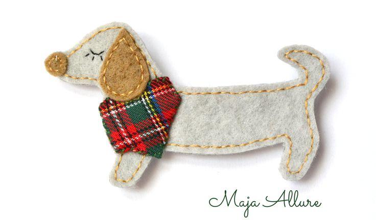 Jamnik z chustą w kratę. Broszka Sausage dog - felt brooch