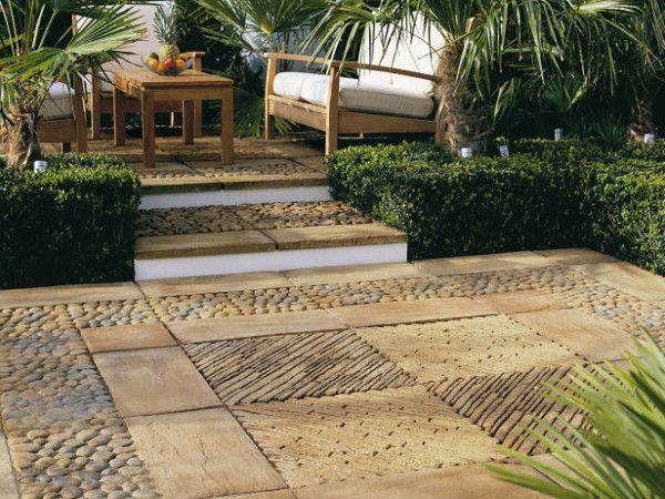 Jardin con un piso de cemento detalles en el patio for Piedras para patios exteriores