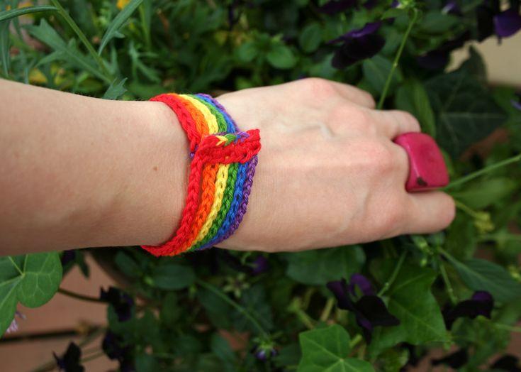 Detta färgglada armband går supersnabbt att virka. En sista minuten-gåva till en kär vän, kanske? Vänskapsarmband Garn:Minibomull (röd, orange, gul, grön, blå) och Järbo 8/4 (lila: 32021) Virknål: 2 mm …