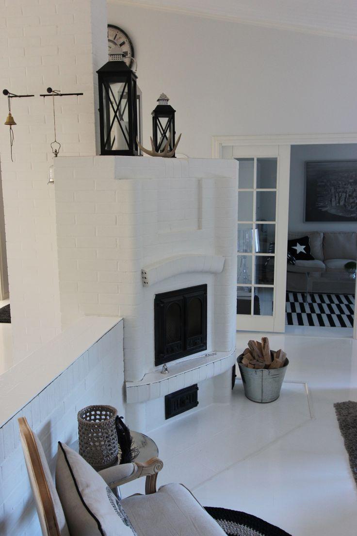 Valkoiseksi maalattu lattia ja takka