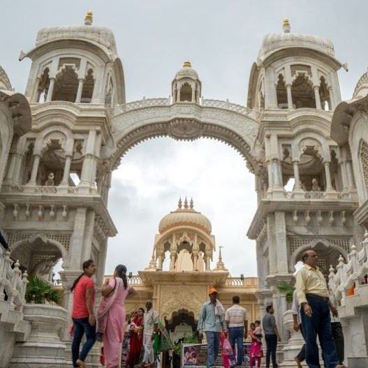 #ISKCON Hare Krishna #Temple in #Mathura. Photography by Maider of @packandclick.  #india #travel #asia #instatraveling #harekrsna #harekrishna👋🙏🌹🌷
