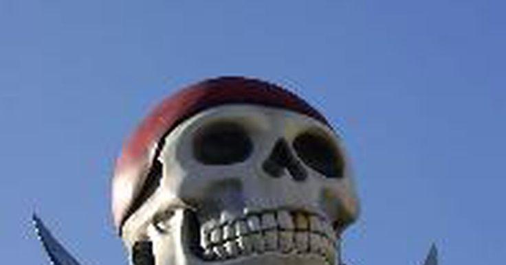 """Como fazer uma fantasia de mulher pirata. Na história, a pirataria nunca foi exclusiva do universo masculino. Piratas mulheres como Anne Bonny e Mary Read aterrorizaram o principado espanhol tanto quanto seus companheiros homens fizeram, e o sucesso dos filmes """"Piratas do Caribe"""" estrelando Keira Knightley e Naomi Harris como mulheres piratas de destaque -- aumentou ainda mais o perfil. ..."""