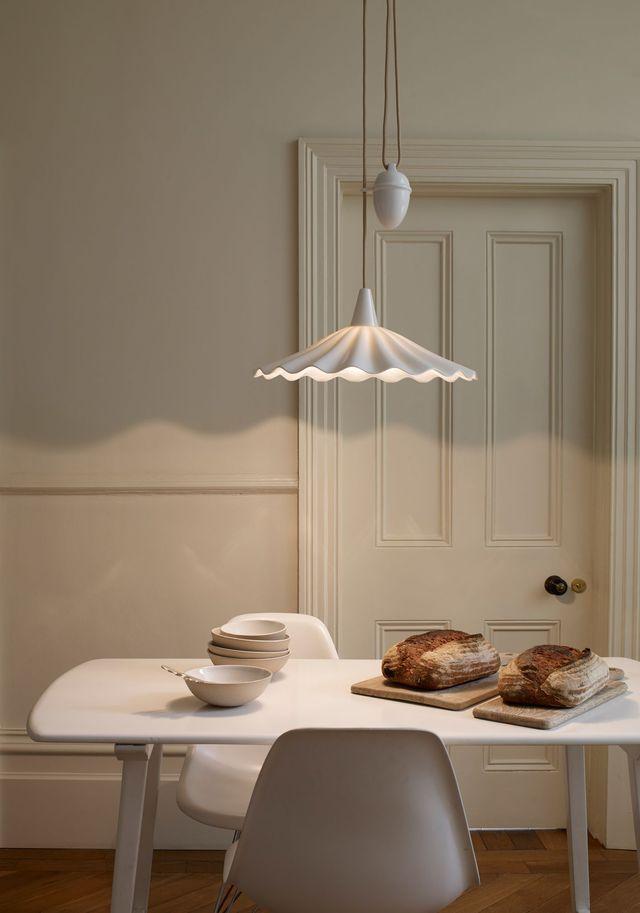 Un luminaire délicat en porcelaine.