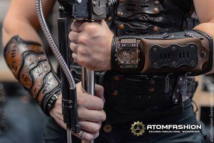 Купить или заказать Пип-бой 'Инквизитор Пустошей' в интернет-магазине на Ярмарке Мастеров. Кожаный наруч с защитными пластинами, часами и карманом на кнопке. Удобная, функциональная и мега-брутальная вещь! Часы с тремя механизмами полностью функциональны. В карман можно положить складной нож, фонарик, или телефон. А позвякивание цепей возвестит окружающих о приближении очень крутого парня! Часы: - Сборка: Гонконг. - Механизм: кварцевый, Япония. - Размеры: ширина 5.1 см, толщина 1.1 см...