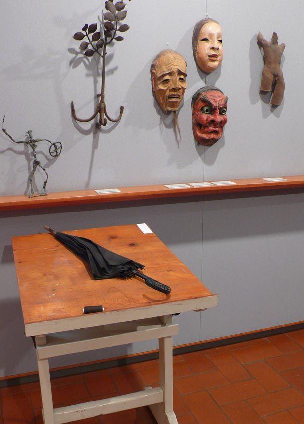 Antonella Piroli al Museo Varoli (sul tavolo kit di sopravvivenza)